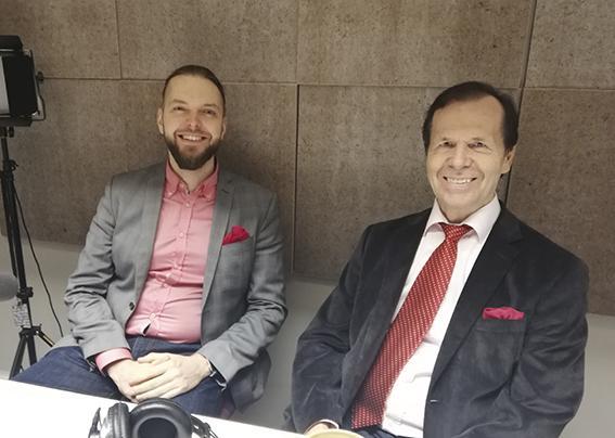 Aaro Harju ja Petri Toikkanen podcaststudiossa kuvattuna.