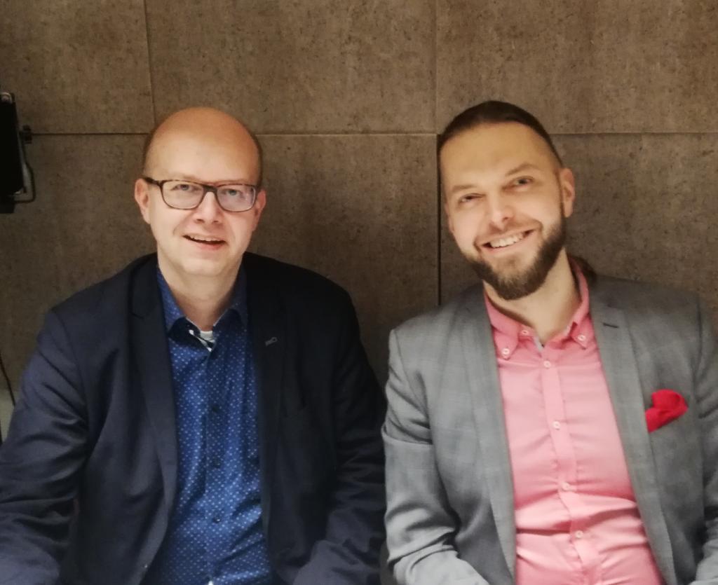 Esa Iivonen ja Petri Toikkanen podcaststudiossa kuvattuna.