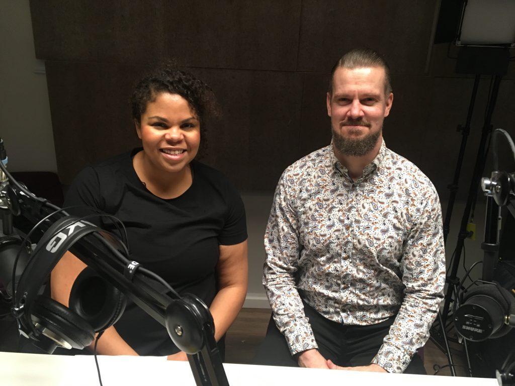 Fatim Diarra ja Marko Suomi podcaststudiossa kuvattuna.