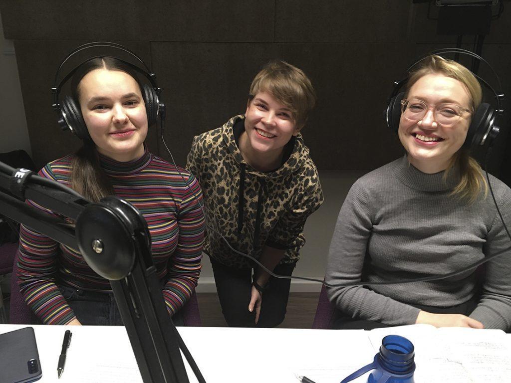 Aino Kenttälä, Katri Ylinen ja Virva Viljanen podcaststudiossa kuvattuna.