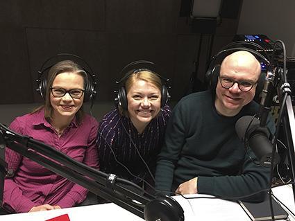 Tiina Elo, Elina Moisio ja Tuomas Viskari podcaststudiossa kuvattuna.