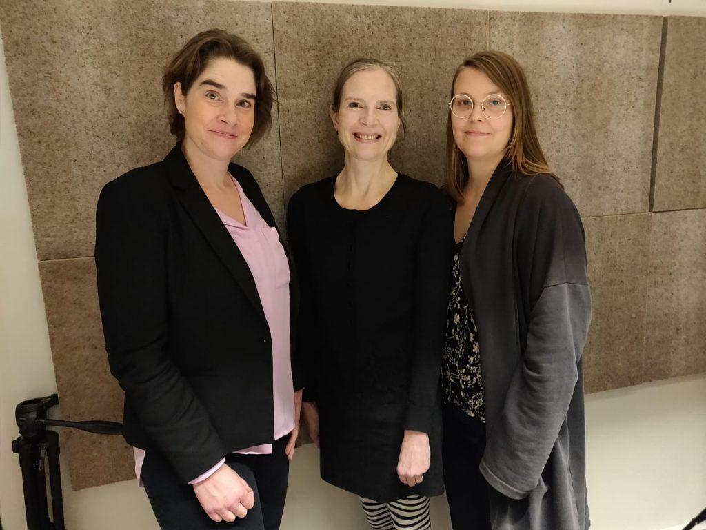 Sonja Finér, Heidi Hagelin ja Sari Kuvaja podcaststudiossa kuvattuna.