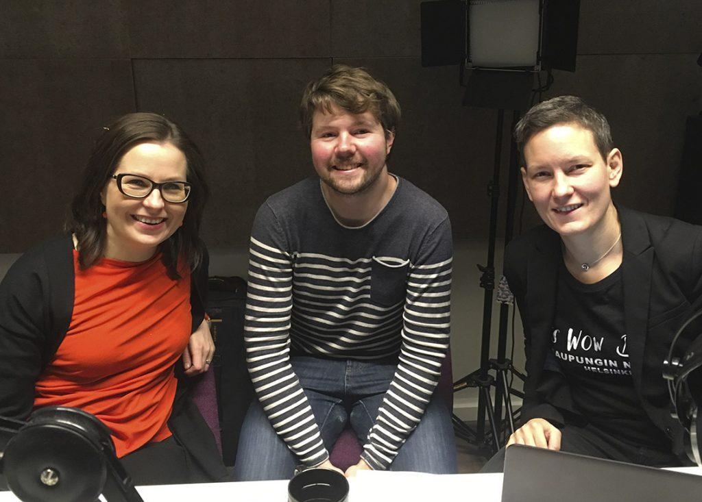 Jenni Tuominen, Touko Niinimäki ja Anna Moring podcaststudiossa kuvattuna.