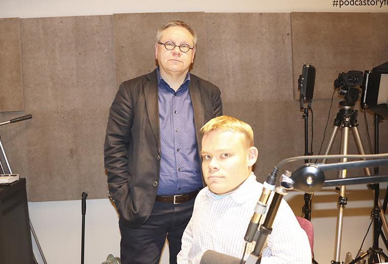 Rilli Lappalainen ja Tuomas Tuure podcaststudiossa kuvattuna.
