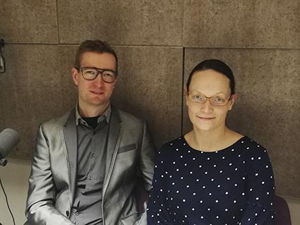 Oras Tynkkynen ja Kaisa Kosonen podcaststudiossa kuvattuna.
