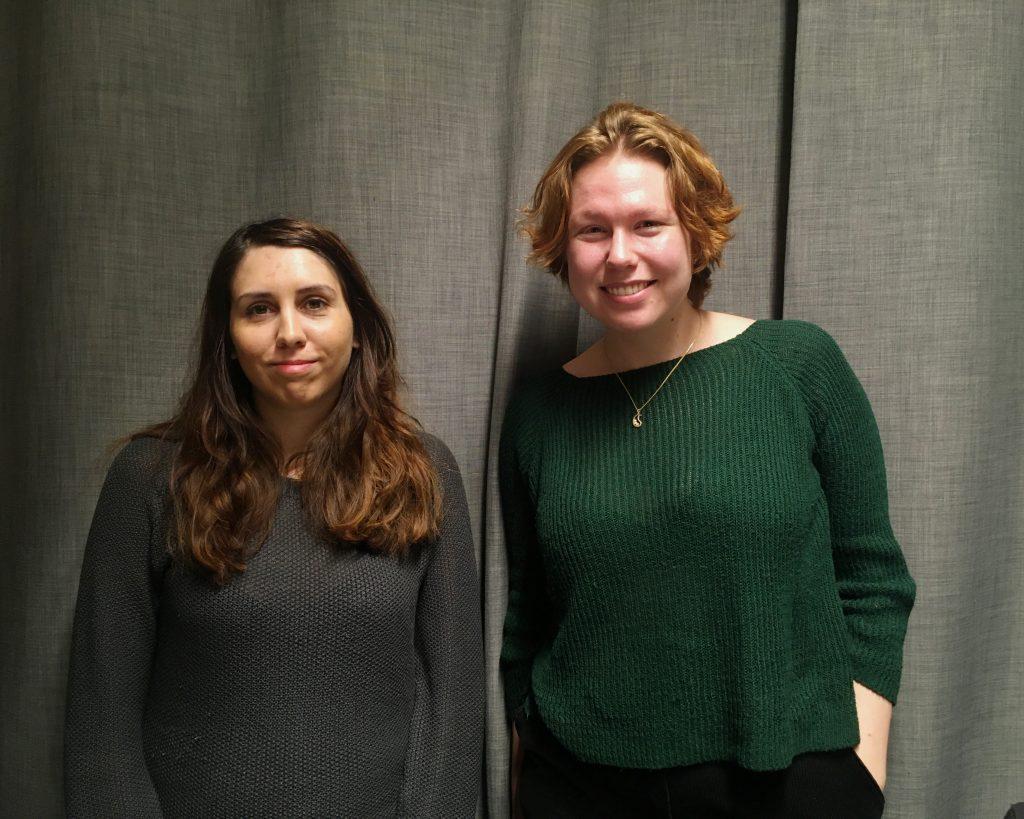 Laura Kolehmainen ja Hanna-Marilla Zidan podcaststudiossa kuvattuna.
