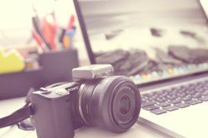 kamera ja kannettava tiekone, kuvituskuva
