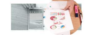 paperilla kuva infograafista ja vieressä älypuhelin